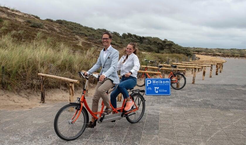 Wethouder Roberto ter Hark fietst Maud van Paridon achterop.