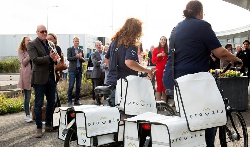 Ook de nieuwe fietstassen voor de postbezorgers werden trots geshowd.