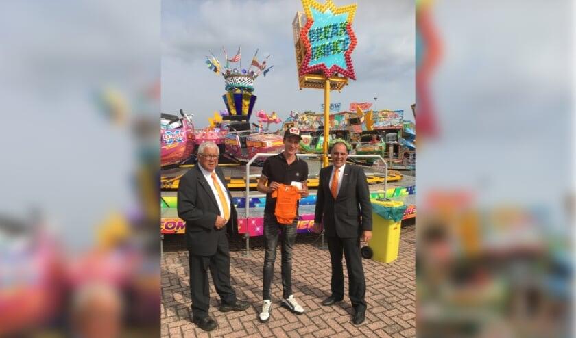<p>Van links naar rechts: Willem Vink, de trotse vader Marc Leek en Ton Wolvers.   Foto en tekst met dank aan de Oranjevereniging Voorhout.</p>