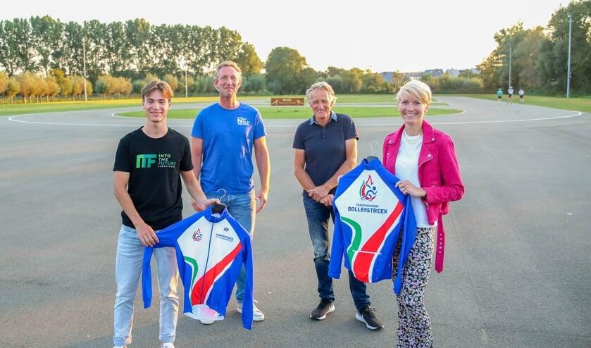 <p>Yves Vergeer en Iris Butter presenteren het nieuwe clubjack, achter staan vice-voorzitter Michiel Veenstra en voorzitter Philip van der Post.   Foto: pr./AV</p>