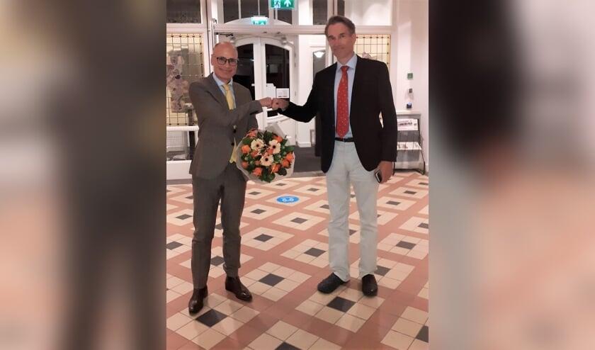 Als felicitatie ontving burgemeester Jaensch bloemen van raad. | Foto Inge Oosterhuis