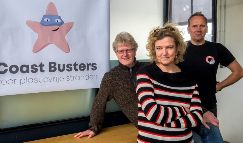 <p>Louis van Schie (links), Claar-Els van Delft en Daniël Siepman van Stichting Coast Busters.   Foto: pr</p>