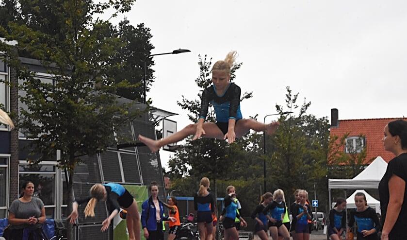 <p>De turnsters van SKT lieten nog eens extra zien hoe leuk hun sport is. | Foto: Piet van Kampen</p>
