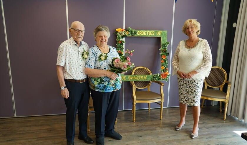 <p>Burgemeester Driessen kwam het gouden paar feliciteren namens de gemeente Leiderdorp. | Foto: CvdL</p>