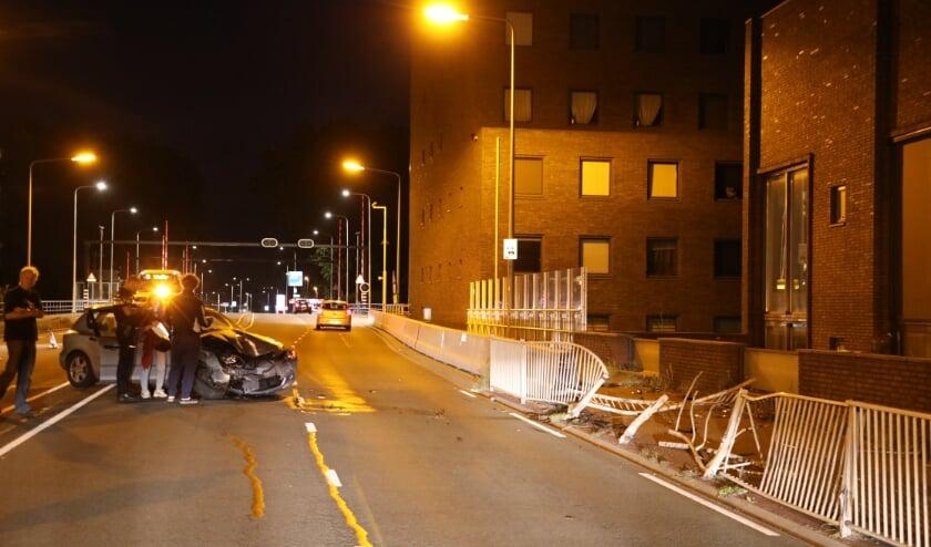 De auto en het hek zijn zwaar beschadigd bij de botsing, gelukkig is niemand gewond geraakt.