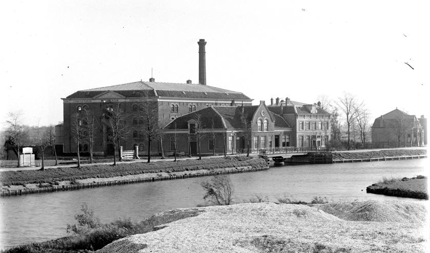 <p>Een van de verdwenen gebouwen met een verhaal: stoomoliefabriek Sillevis aan de Van der Valk Boumanweg in 1923. | Foto: PR Comité OMD Leiderdorp</p>