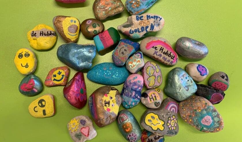 Een verzameling Happy Stones, gemaakt door leerlingen van OBS De Hobbit in Leiderdorp.