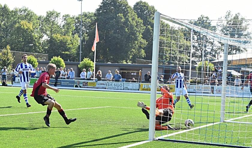 <p>Roy van Leeuwen schuift de 3-0 binnen. | Foto: Piet van Kampen</p>