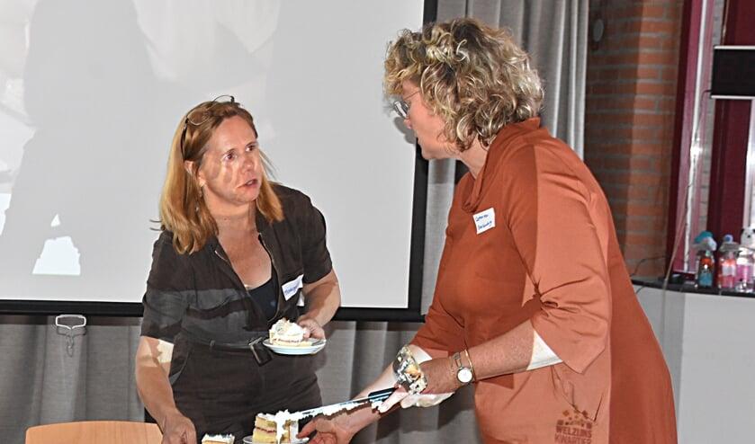 Gebiedsmanager Margreet Adam en wethouder Corien van Starkenburg verdelen de taart.   Foto: Piet van Kampen
