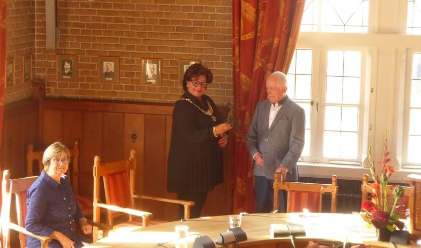 <p>Victor van Denzen ontvangt uit handen van de burgemeester het allereerste beeldje &#39;De Verdiende Trots&#39;.&nbsp;</p>