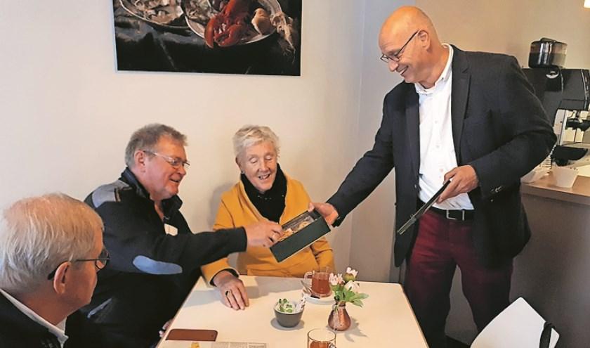 Museumdirecteur Albert Scheffers (rechts) deelt Zierikzeesche Moppen uit