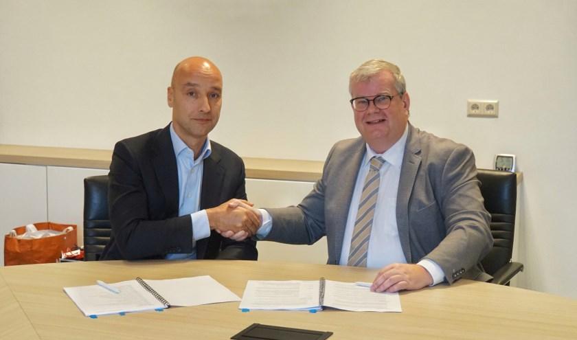 Tomas van den Berg (projectontwikkelaar De Langen & Van den Berg Vastgoed B.V.) en Peter Feller (wethouder gemeente Goeree-Overflakkee)