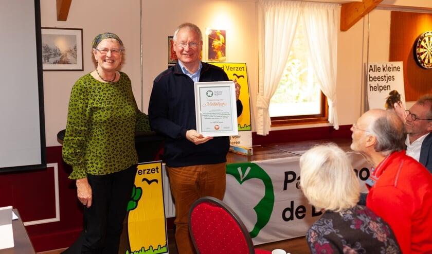 Statenlid Rinie van der Zanden reikt oorkonde uit aan Dr. Theo van Gelder van de Stichting Groene Ster Duurzaam (foto: Erwin van den Bosch).