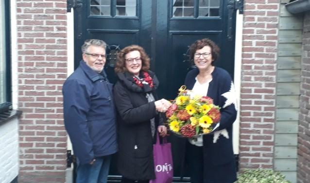 Sjoukje Bakker van Museum 't Kiekhuus zet Ina en haar man Dick Borg in het zonnetje