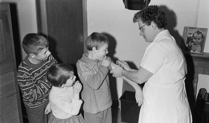 Kinderen op Tholen worden ingeënt tegen polio 1963