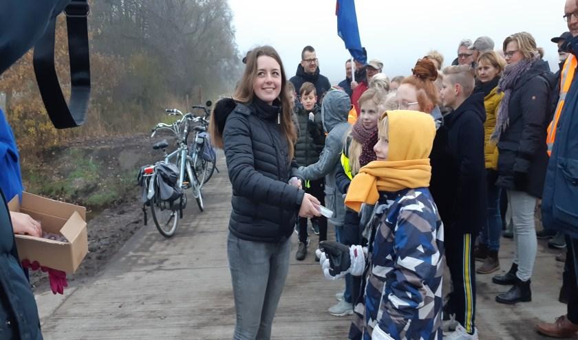 Amber Vis helpt wethouder Tytsy Willemsma met het uitdelen van de fietslampjes.