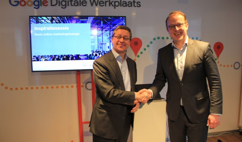 Friso Douwstra (rechts) van de gemeente, samen met Google-CEO Pim van der Feltz