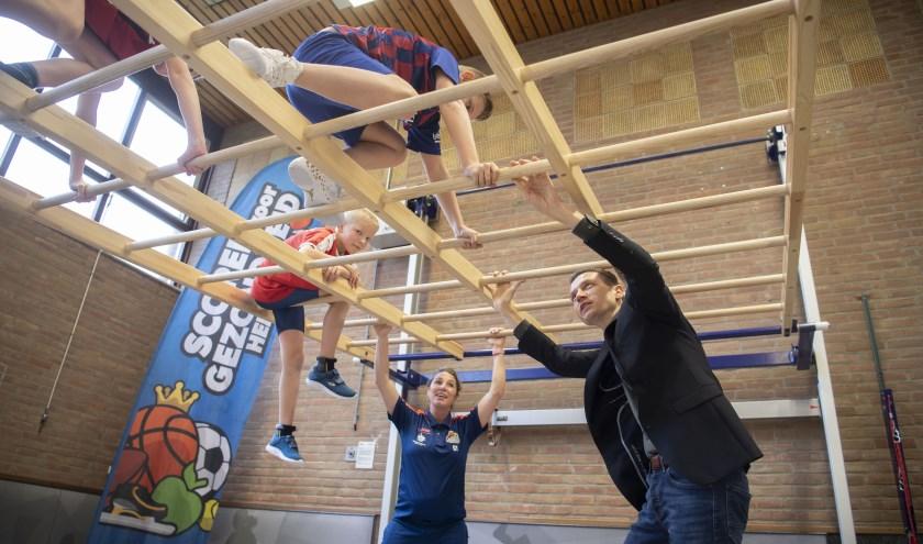 De kinderen van groep 7 van Het Kompas liet samen met 'meester Niels' (buurtsportcoach Niels den Braven) zien hoe je het nieuwe materiaal kunt gebruiken tijdens de gymles
