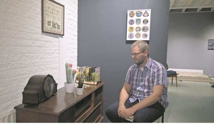 Op de foto zie je Observeum- beheerder Melvin van der Veen in de woonkamer uit 1969.