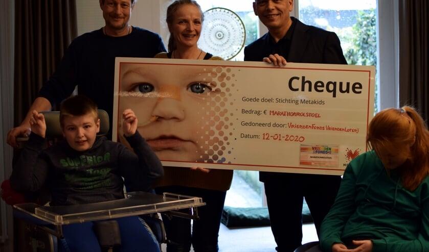 Cisca van Sloten neemt de cheque in ontvangst van John Knol van Metakids.