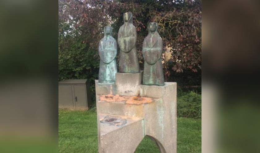 Dit is wat er is overgebleven van het beeld met de nonnen.