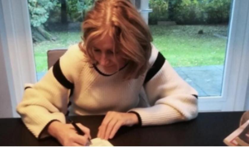 Wethouder Esther Verhagen ondertekent het landelijke actieprogramma tegen eenzaamheid.