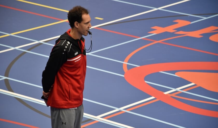 Coach Ferried Naciri kijkt toe op de training