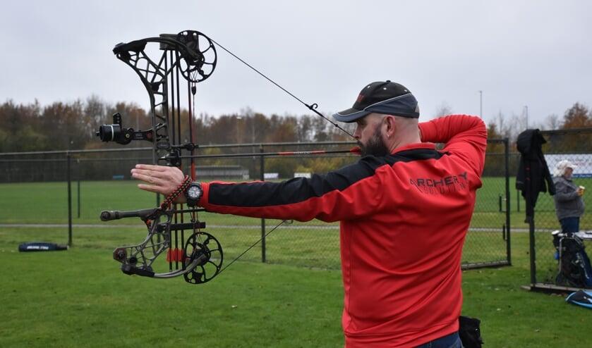 Voorzitter Rudolf Biemans van ArcherySolutions richt geconcentreerd op zijn doel