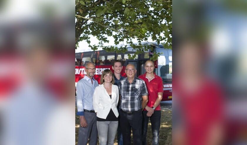 <p>Een groepsfoto van de 3de en 4de generatie van de familie Veenstra binnen het bedrijf. Wieberen, Anna-Wietske, Bouwe, Sije en Klaas.</p>