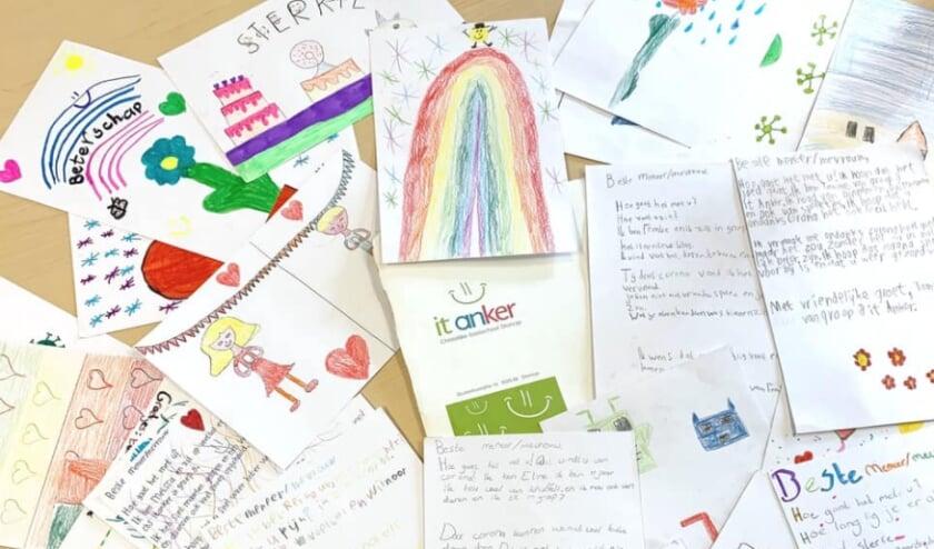 Een deel van de tekeningen die door de basisschoolkinderen uit Dronrijp voor de coronapatiënten in het MCL Leeuwarden zijn gemaakt.