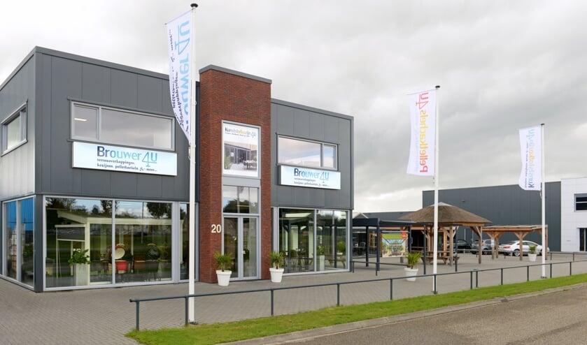 Het pand aan de Korte Baan 20 in Steenwijk heeft nu dankzij nieuwe opvallende vlaggen duidelijk de uitstraling met de nieuwe bedrijfsnaam Brouwer 4U. Foto: ingrid de roode