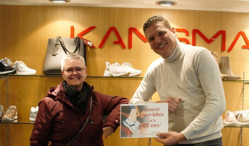 Johan Kamsma overhandigt de cheque aan Mirjam Kramer