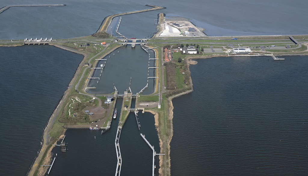 Luchtfoto van de sluizen van de Afsluitdijk bij Kornwerderzand. Foto: Provincie Fryslân © Rondom Drachten