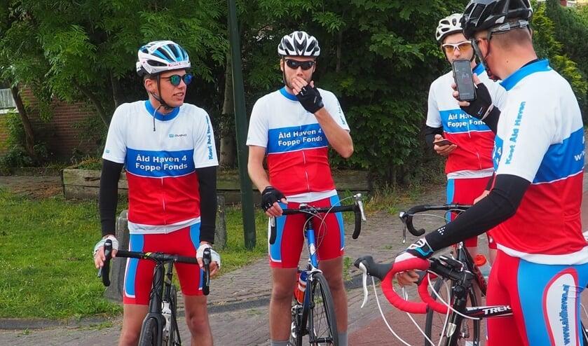 Dit groepje fietst vandaag vanuit Schettens op eigen gelegenheid de Friese Elfstedentocht.