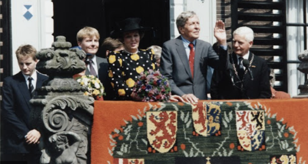 Van Haersma Buma (rechts) bij het bezoek van de koninklijke familie aan Sneek, in 1993. Foto: Warkums Erfskip © Rondom Leeuwarden