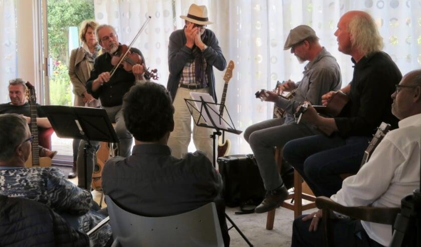 De 'Muzikameraden' gaan hun huiskamerconcerten nu in Theater De Bres geven, met gastartiesten. Deze foto is gemaakt in het pre-coronatijdperk.
