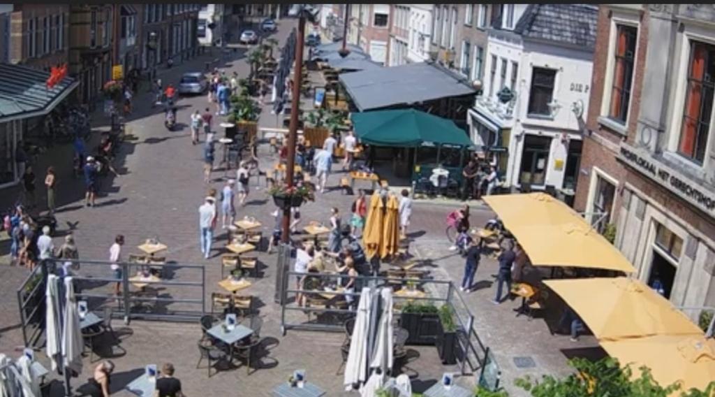 Webcamfoto van SneekisMeer, met de drukte op de Marktstraat in Sneek op Tweede Pinksterdag Foto: Webcamfoto © Rondom De Stellingwerven