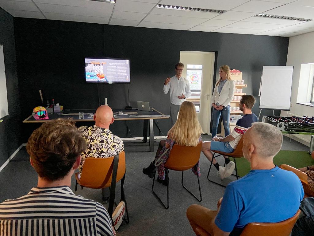 de presentatie in het bijzijn van zijn trouwe team Foto: Comeback sports | MediaTribe © Rondom Leeuwarden