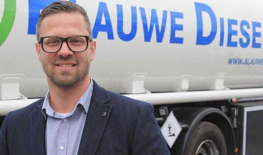 Vincent van Maurik, sales manager van Future Fuels, staat voor een tankwagen met blauwe diesel: ook een biobrandstof uit Oudehaske.
