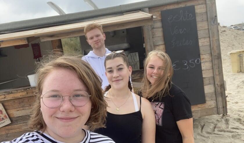 Sara, Tiffany, Joëlke en Sem bij de Keet