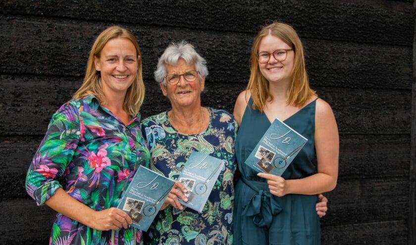 Om Jo in het midden met haar kleindochters