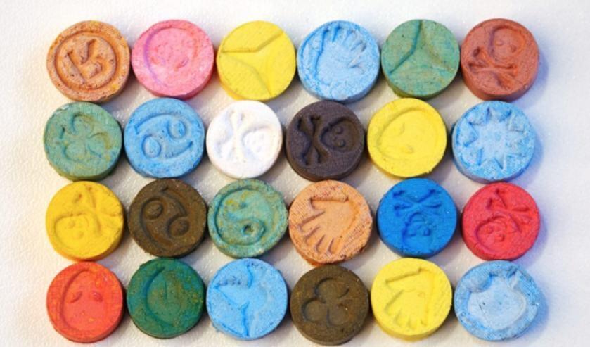 Voorbeelden van MDMA en XTC--pillen.