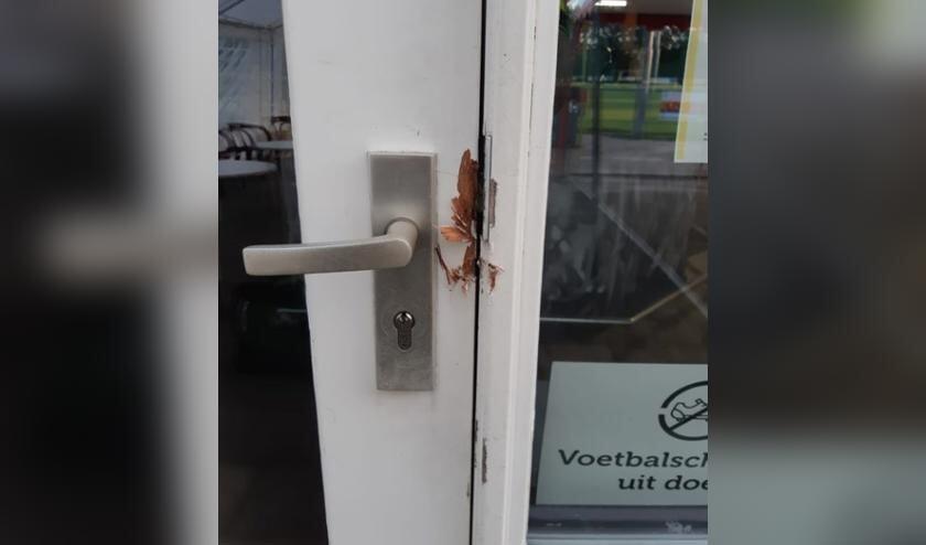 Inbraaksporen aan de deur van de sportkantine.