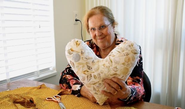 Vrijwilliger Wil Bosman met de Heart Pillow