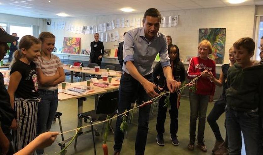 Wethouder Zoetendal verricht de openingshandeling bij kookschool Fikks in Heerenveen.