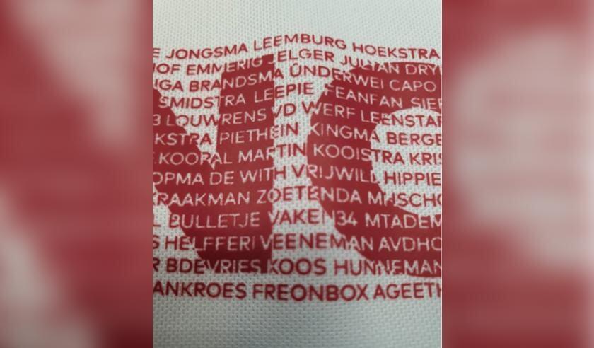 Een deel van het shirt waarop je een deel van de (bij)namen van de supporters ziet die de #MEIINOAR actie steunen.