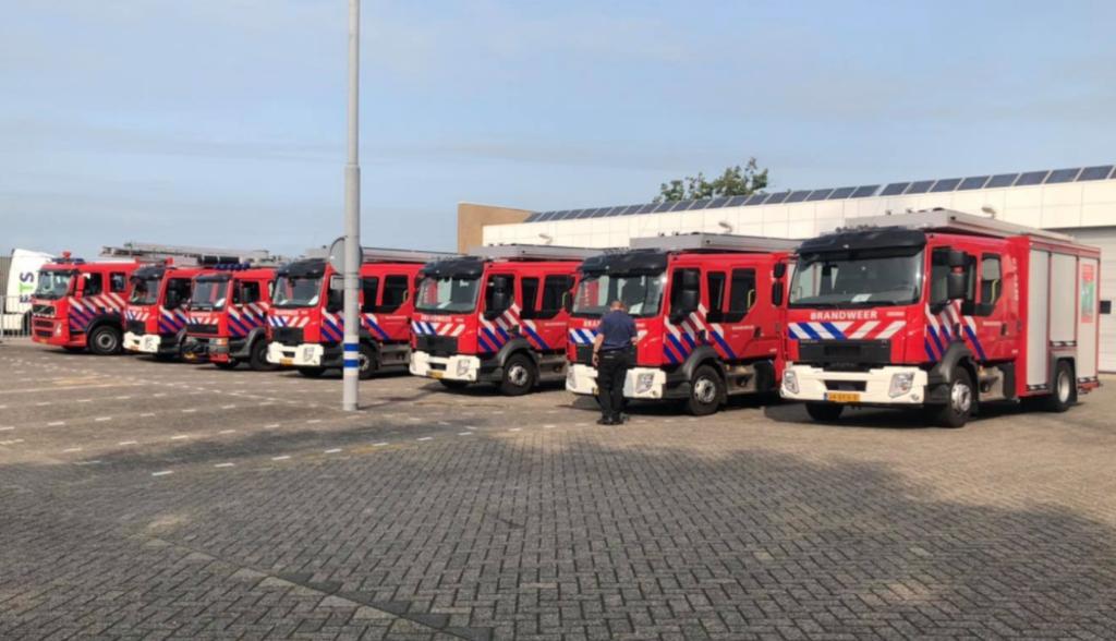 De tankautospuiten van de deelnemende Friese korpsen op een rij. Foto: Brandweer De Westereen © Rondom Leeuwarden
