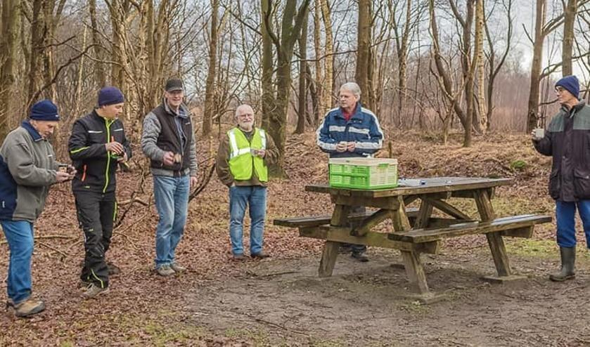 <p>De vrijwilligers die zaterdag de borden richting Ravenswoud hebben geplaatst.</p>