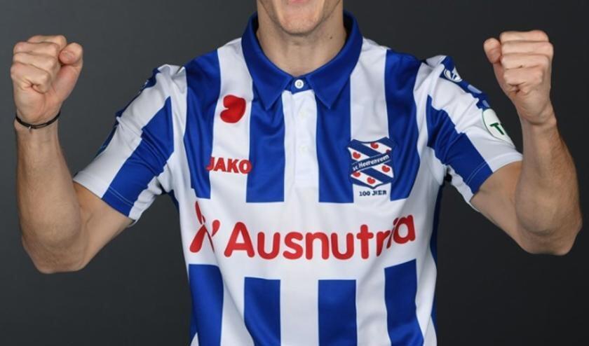 <p>Tibor Halilovic heeft er zin in om per direct voor sc Heerenveen te gaan voetballen, zo blijkt uit deze foto in zijn nieuwe shirt.</p>