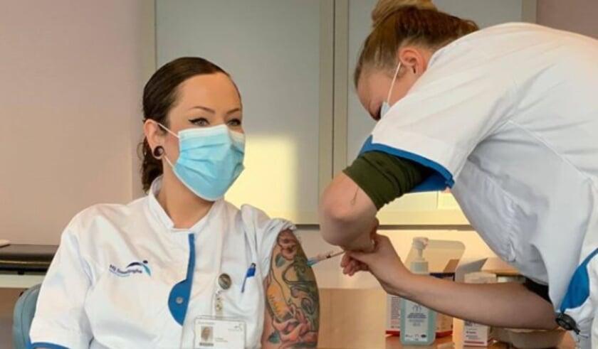 <p>Eén van de eerste medewerkers van Nij Smellinghe die is gevaccineerd met het vaccin tegen covid-19.</p>